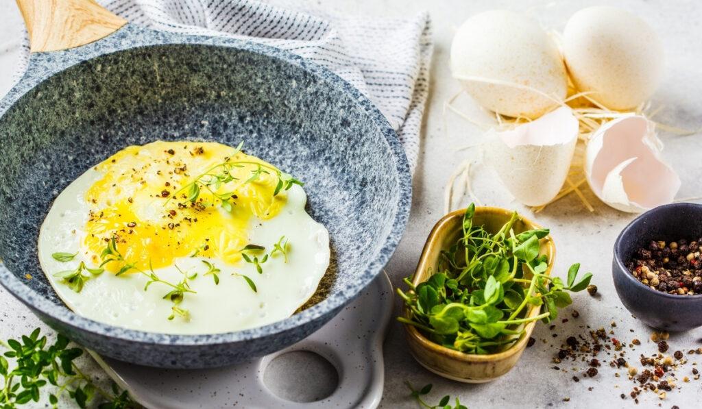 Huevo de pavo frito en una sartén gris