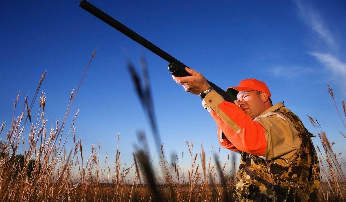 cazador con el objetivo de rifle